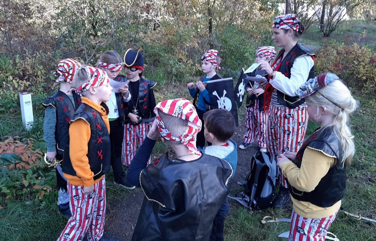Piratenfeestje kinderen en volwassenen in piratenkleding van themakist
